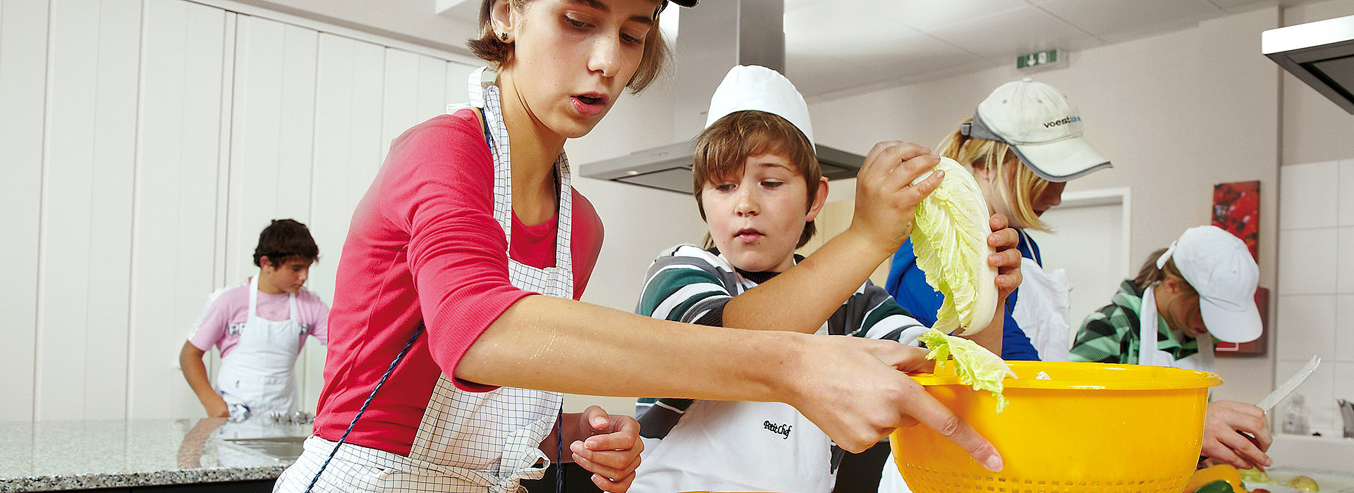 Image: Pupils learning cooking processes in a learning kitchen