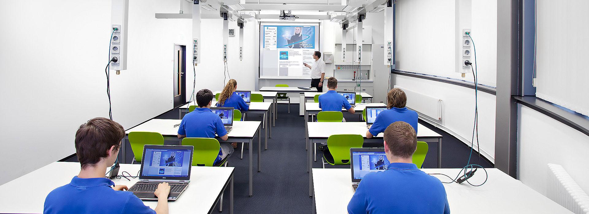 QUWIS | Classe infromatique dans l'espace multifonctionnel